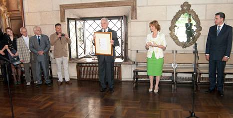Dr Piso  receives the certificate of royal patronaj from Princess Margareta.